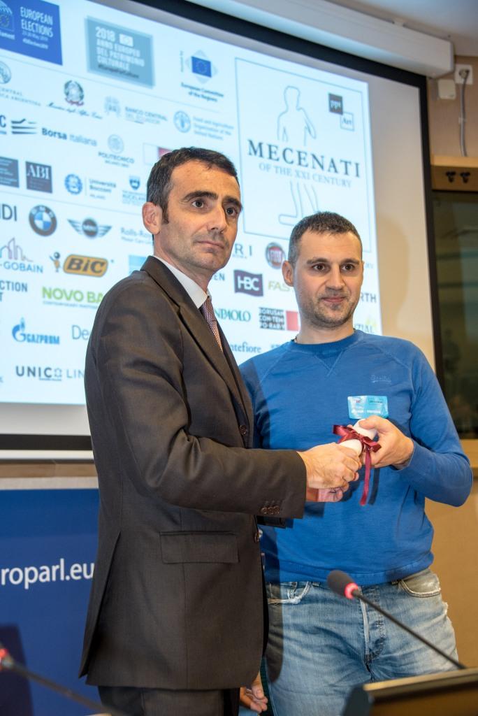 """Luca Desiata consegna il premio per """"32 via dei Birrai"""" a Luca Moretto"""